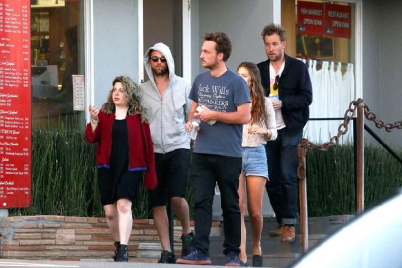 El actor lució un look muy casual y relajado junto a sus amigos, con quienes practicó paddle boarding. Llamó la atención que no lo acompañará su novia Kristen Stewart.