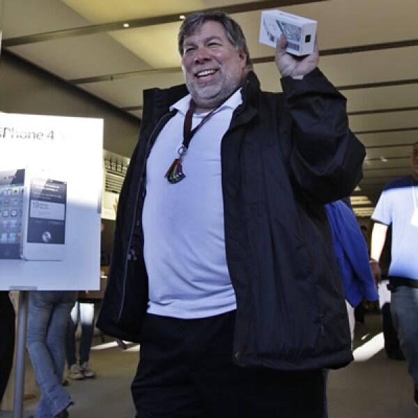Steve Wozniak, cofundador de Apple, fue la primera persona de la tienda de Apple en Los Gatos, California, en recibir el nuevo iPhone 4S en color blanco.
