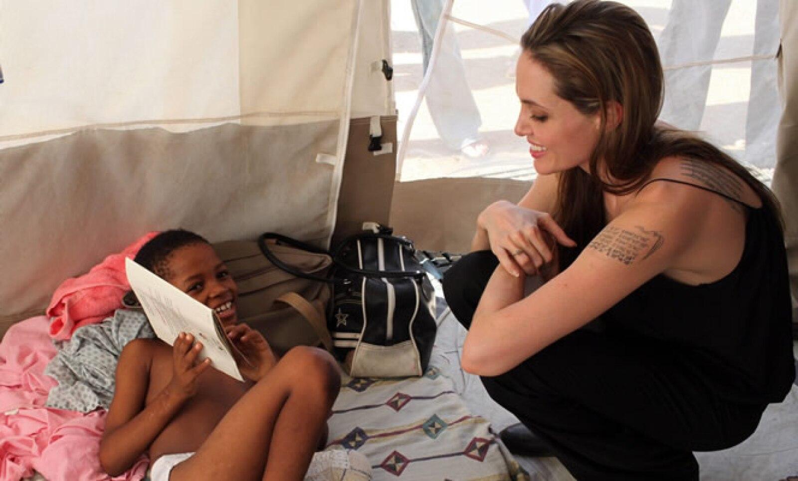 Tras el terremoto en Haití de 2010 que dejó más de 150,000 personas muertas, Angelina Jolie se reunió con niños sobrevivientes.