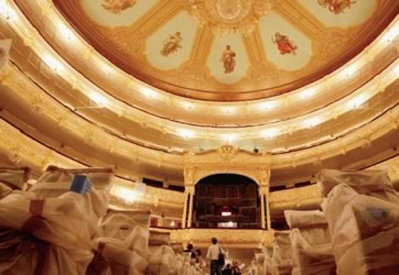 Una visita en julio pasado permitió a los periodistas observar el avance de las obras en el teatro ruso. (Foto: Reuters / Denis Sinyakov)
