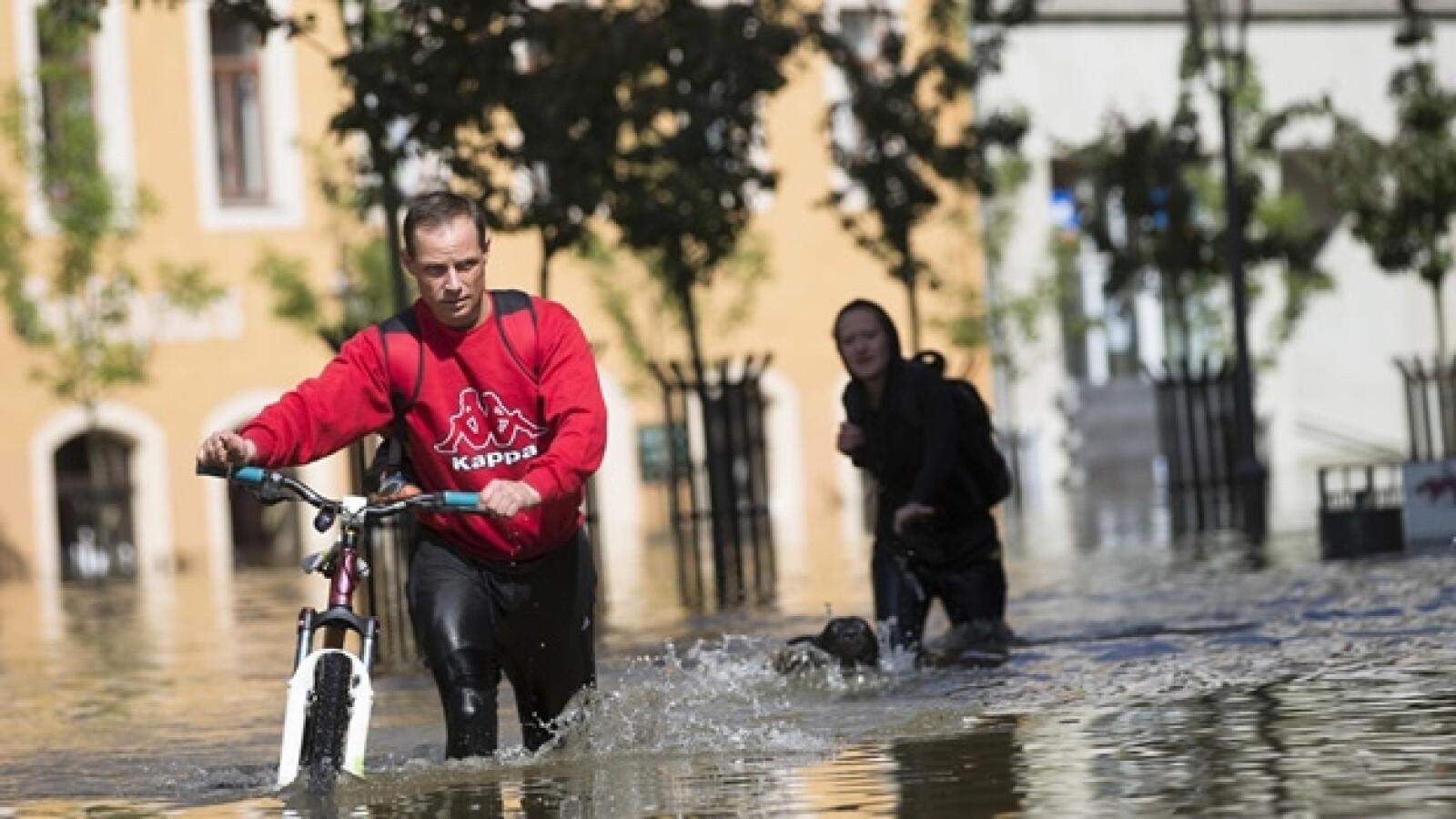 un hombre atraviesa el centro con su bicicleta