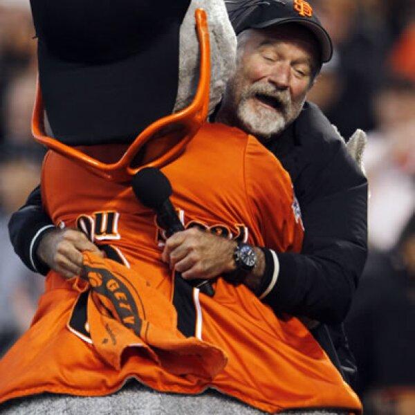 Robin Williams muestra su amor por los Gigantes de San Francisco abrazando a su mascota, Lou Seal.