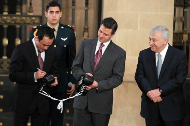 Márquez le autografió sus guantes a Peña Nieto.