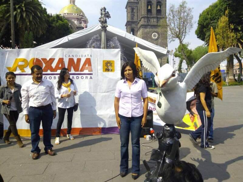 """Roxana Luna colocó una paloma monumental de la paz en la plaza principal de Puebla, para pedir que termine la """"guerra sucia"""" en las campañas."""