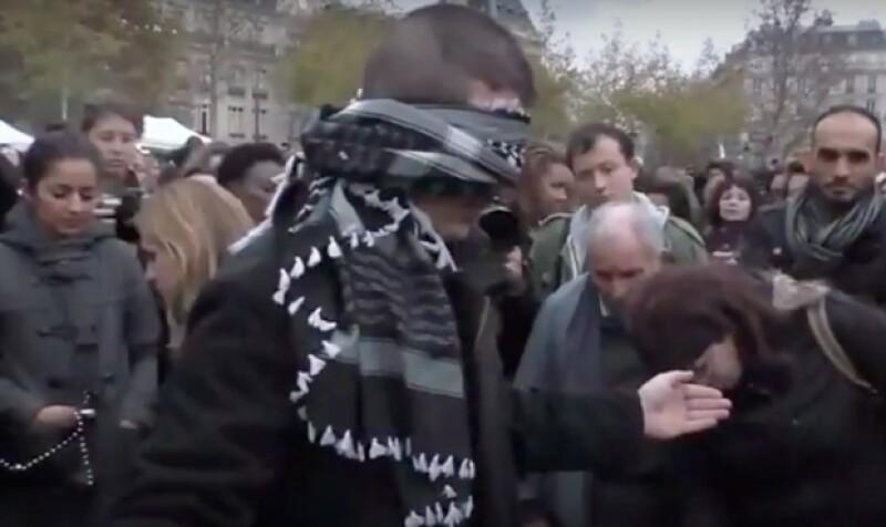 Un experimento social difundido en Facebook muestra a un hombre que, después de los eventos protagonizados por el Estado Islámico en la capital francesa, pidió abrazos a los ciudadanos.
