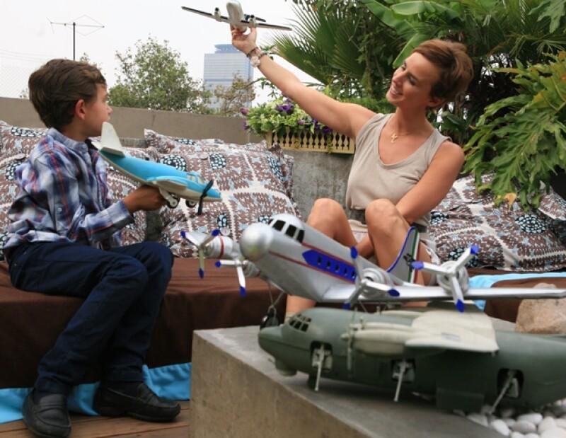 Madre e hijo pasan el tiempo recorriendo mercados populares o de antigüedades, jugando carreras de autos o aviones y practicando tenis.