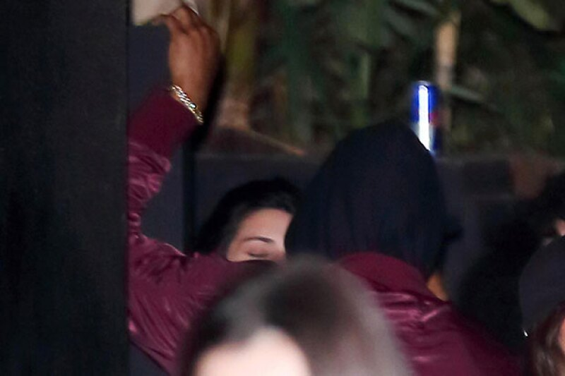 En la foto tomada en el 1 Oak, Kendall parece darle un beso al deportista.