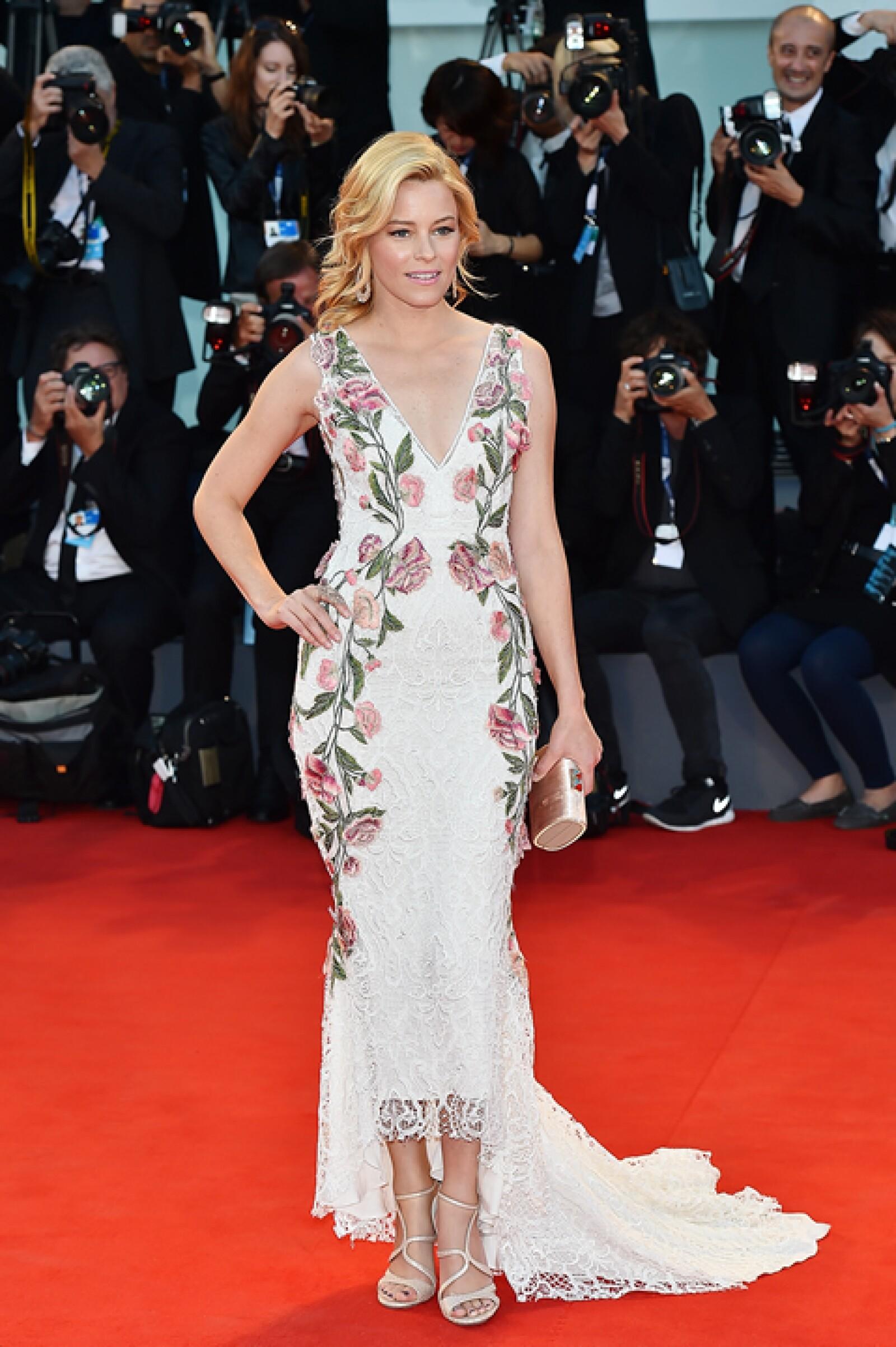 Para la premiere de `A Bigger Splash´, Elizabeth Banks usó un vestido blanco con aplicaciones de flores y tejidos de Marchesa.