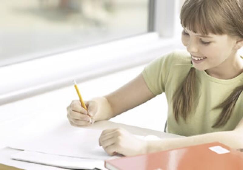 Comprar con anticipación y en grupo puede reducir los costos del material escolar de tus hijos. (Foto: Jupiter Images)