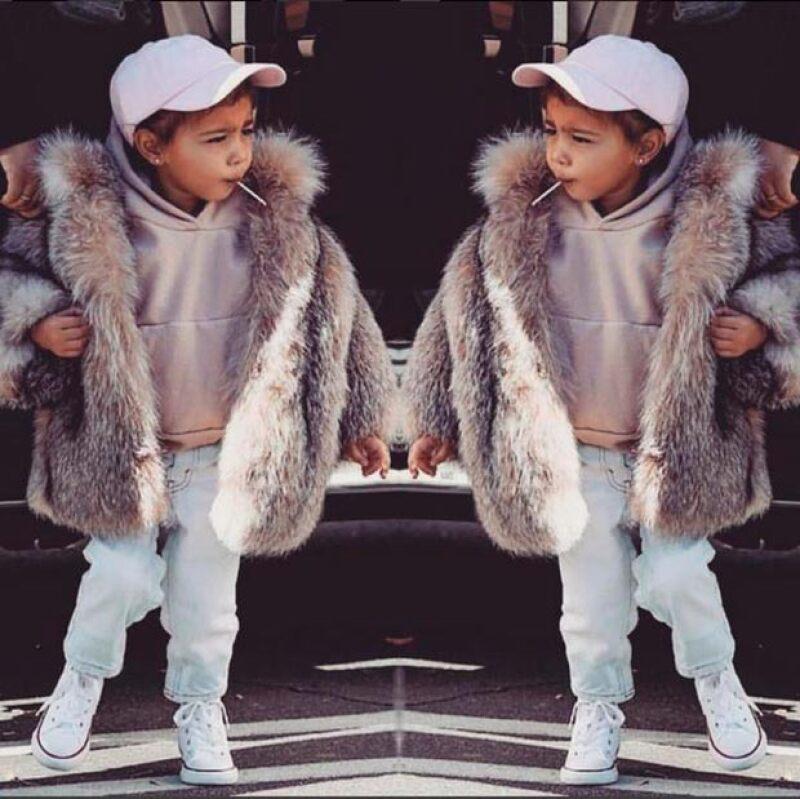 La estrella de reality fue criticada tras presumir una foto de su hija luciendo un abrigo de piel con valor de 3mil 500 dólares.
