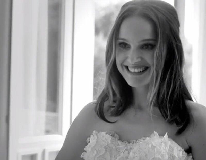 La actriz protagoniza el nuevo cortometraje de la fragancia Miss Dior, representando la libertad y la pasión de toda mujer.