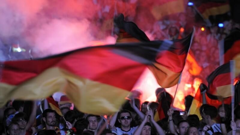 Aficionados alemanes celebran con bengalas