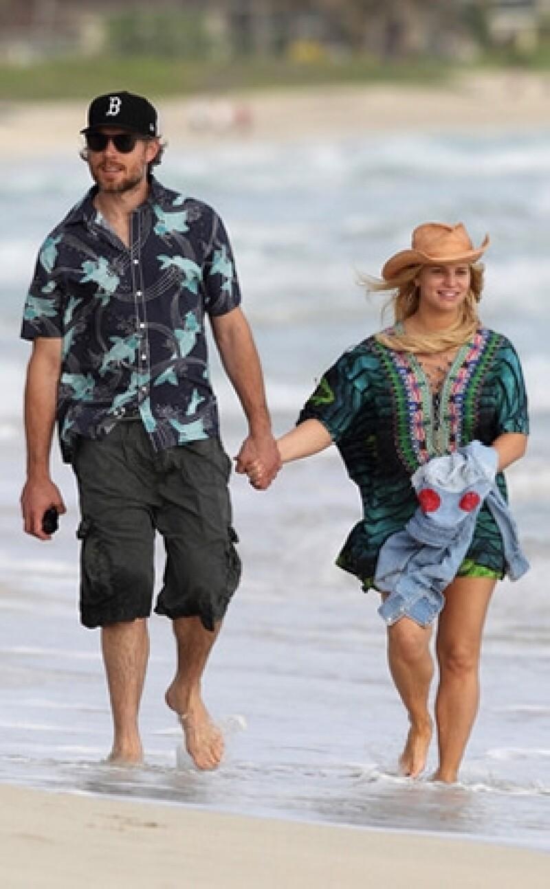 Parece que ahora que ya hizo público que viene en camino su segundo bebé, la cantante se ve más relajada y feliz al lado de su esposo, Eric Johnson.