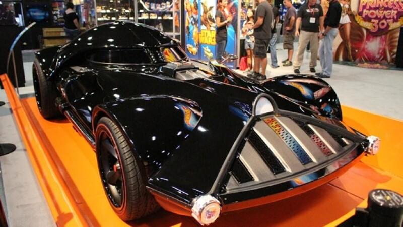 Hot Wheels El espectacular vehículo del villano de ?Star Wars? que incluye sonidos especiales de ?Darth Vader?
