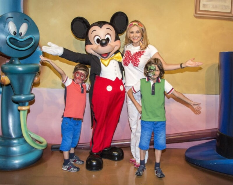 Aracely y sus hijos Miguel y Daniel se tomaron la foto del recuerdo en Disney durante el viaje que realizaron hace poco más de un mes.