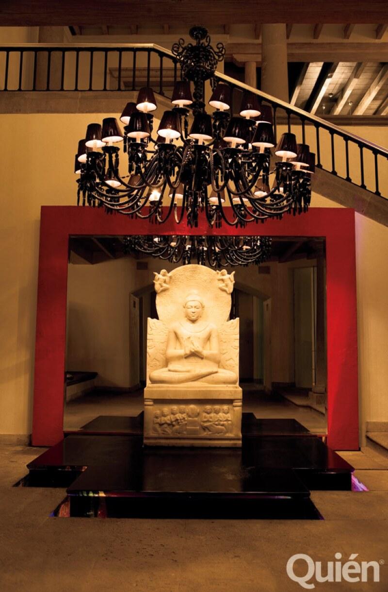 RECEPCIÓN ZEN. En la entrada hay un gran Buda de marfil sobre agua que vigila la puerta principal.