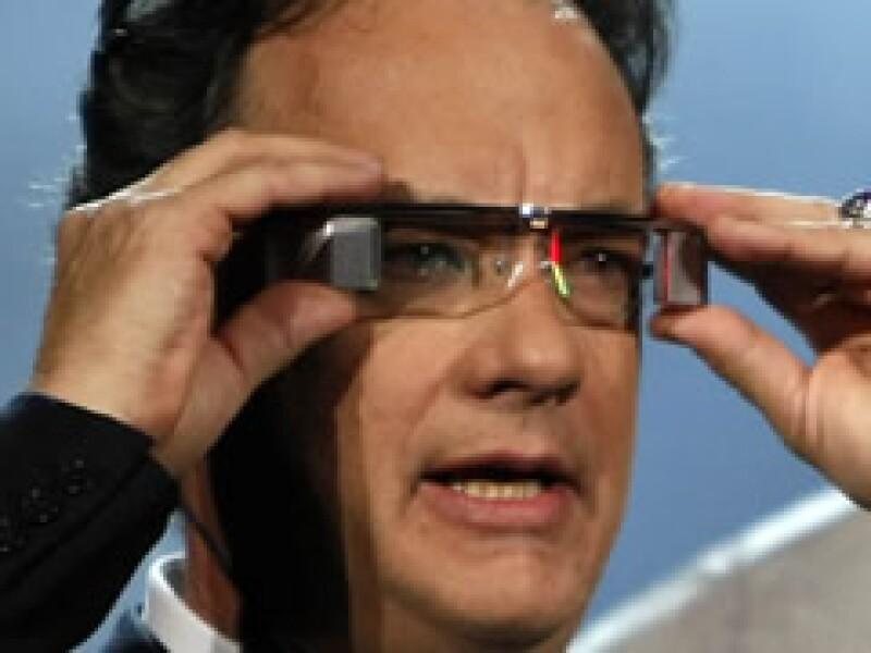 El actor Tom Hanks probó los lentes para ver su propia película: Ángeles y Demonios. (Foto: Reuters)
