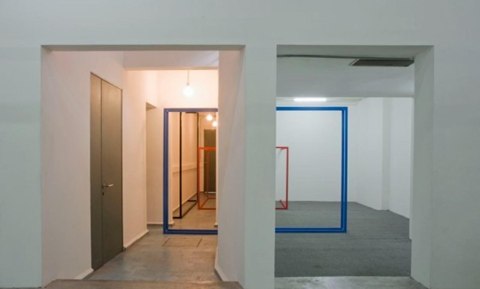 Tiene excelentes artistas internacionales y exposiciones de instalaciones, performance y video.