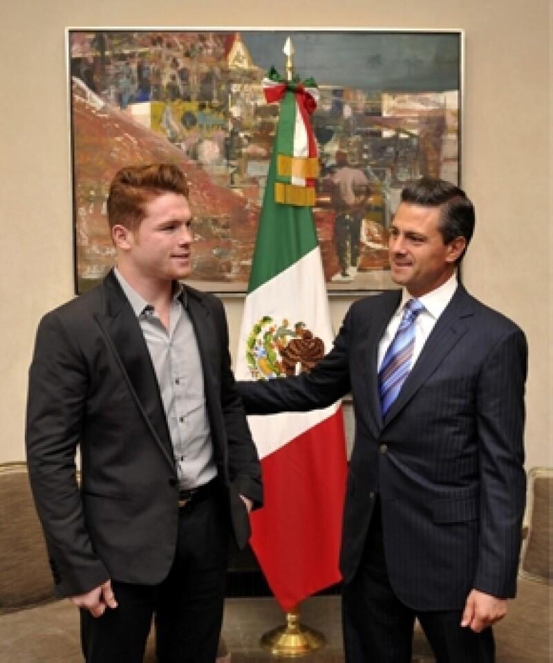 El presidente de la República recibió al boxeador Saúl `Canelo Álvarez para relicitarlo por su último triunfo.