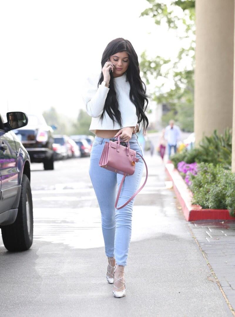 Kylie, quien ya compró su propia mansión, llegó sola a la reunión.