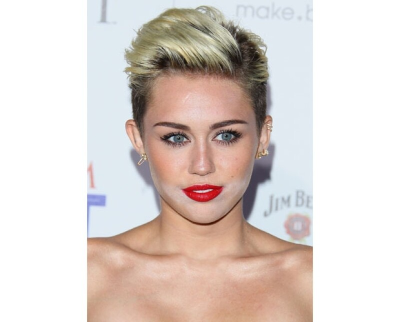 Como invitada de honor en la fiesta de la revista Maxim, Miley fue víctima de un error de maquillaje en el que podía distinguirse una sombra de polvo blanco alrededor de su boca.