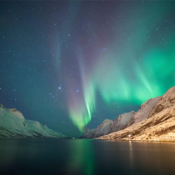 """Esta hermosa ubicación, llamada en ocasiones """"el Paris del norte"""", es una de las más accesibles para ver las auroras boreales. Te recomendamos que lo hagas a lo largo de un fiordo a bordo de un buq..."""