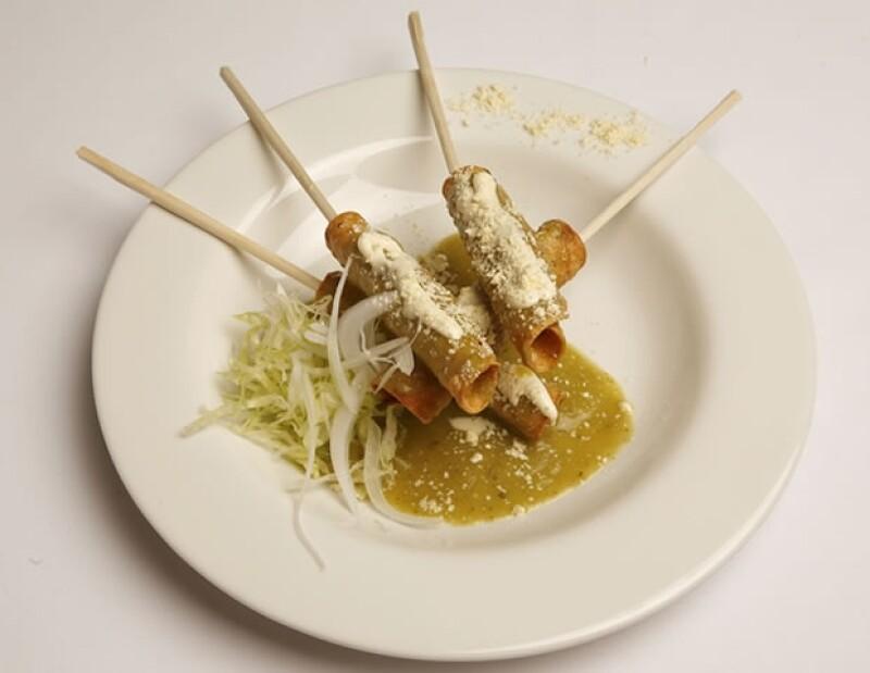 Tacos de pollo con salsa verde.