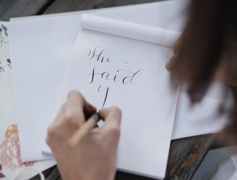 Súper IN las invitaciones hechas con caligrafía.