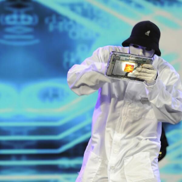 Un miembro del grupo de danza Jabbawookee realiza una presentación con un dispositivo de Qualcomm.