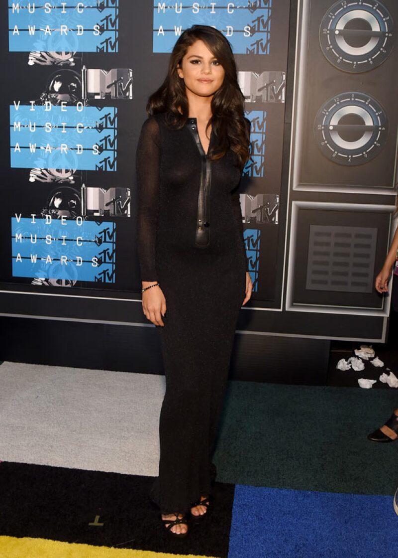 Hace unos meses, en los VMAs, la cantante se dejó ver con un outfit menos revelador.