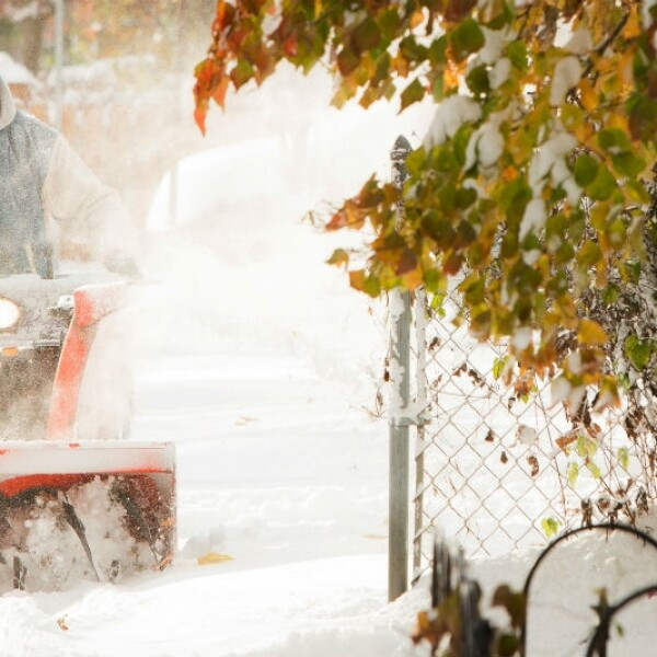 Un hombre quita la nieve