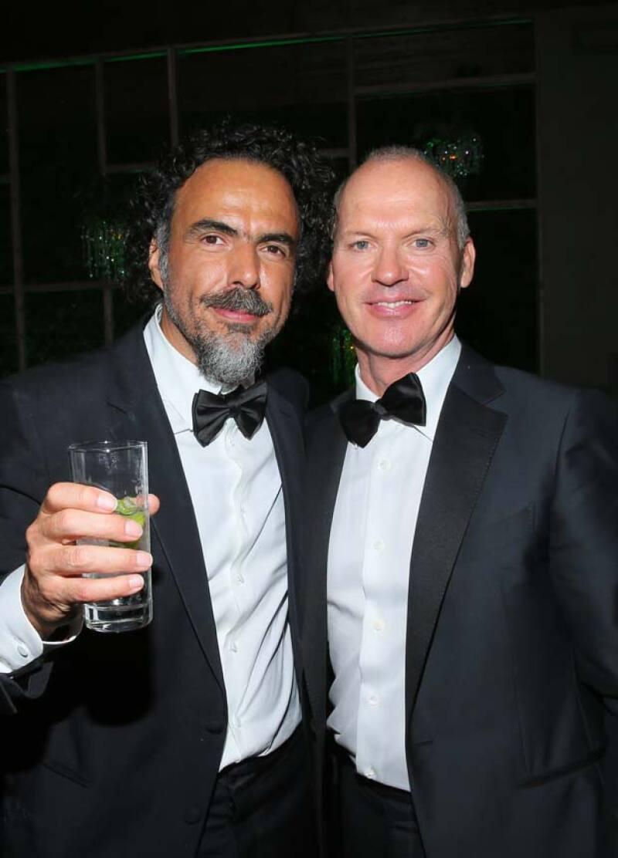 El director de cine festejó con el elenco de Birdman, en especial con Michael Keaton.
