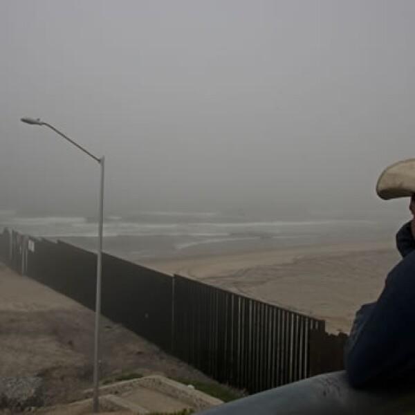 Un residente vigila el mar en Tijuana tras alerta por tsunami en Japón