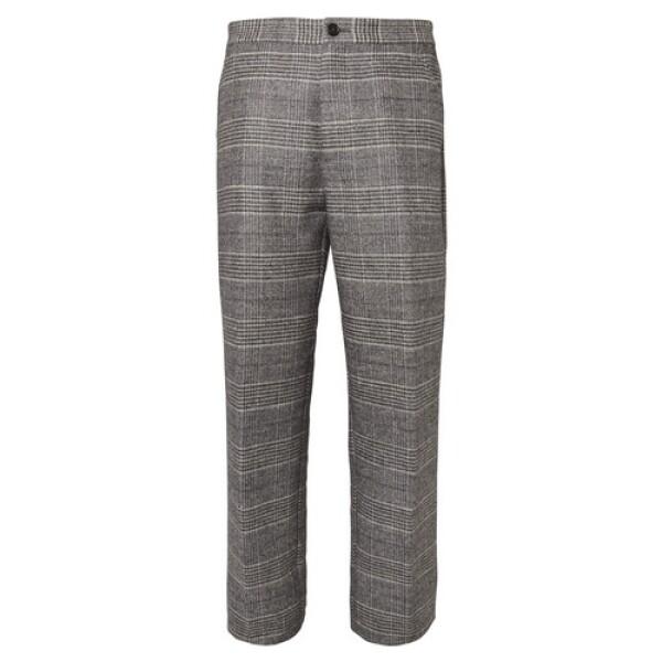 Misma regla que con el blazer. Te recomendamos ampliamente invertir en unos pantalones formales que te cubran del frío.