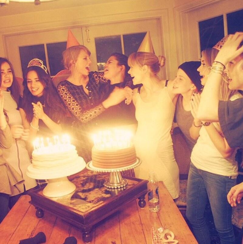 """Las famosas amigas parecen estar cantando """"Happy Birthday"""" en esta foto."""