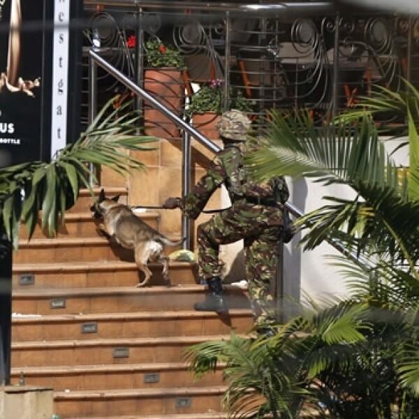 soldado ingresa al centro comercial