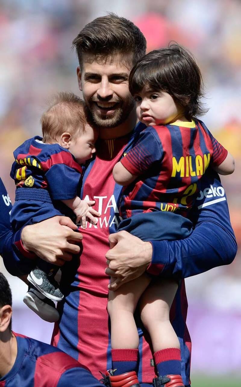 Shakira decidió apoyar a su amado Piqué con toda la familia en el Camp Nou, llevando a Milan y a su recién nacido ataviados con las camisetas oficiales azulgrana.