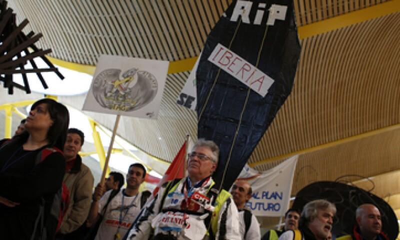Los empleados protestaron en la terminal 4 del aeropuerto de Barajas. (Foto: Reuters)
