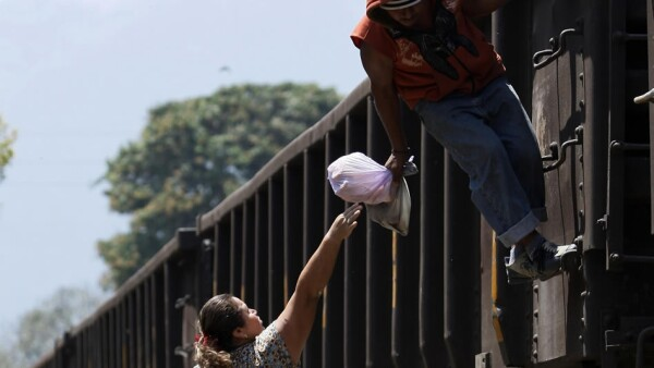 Las Patronas ayudan a migrantes en la ruta de La Bestia