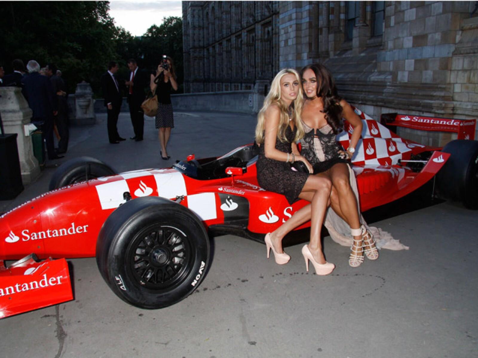 Tamara, acompañada de su hermana Petra, también muy dada a la convivencia social con el jet set mundial. En la imagen, a bordo de un Ferrari.