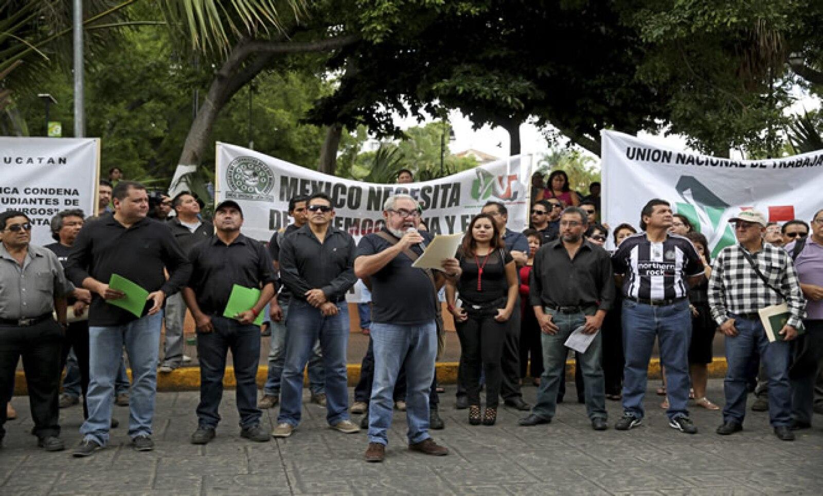 Aproximadamente 300 personas del Frente Amplio Social, de la Unión Nacional de Trabajadores de la República Mexicana se manifestaron vestidos de negro a las afueras del Palacio de Gobierno de esa localidad.