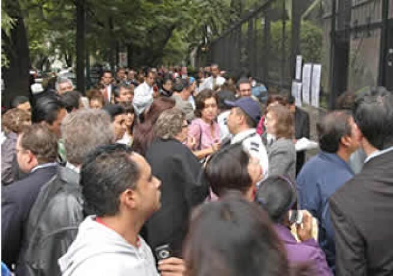 Los mexicanos se congregaron afuera de la embajada para pedir informes. (Foto: Notimex)