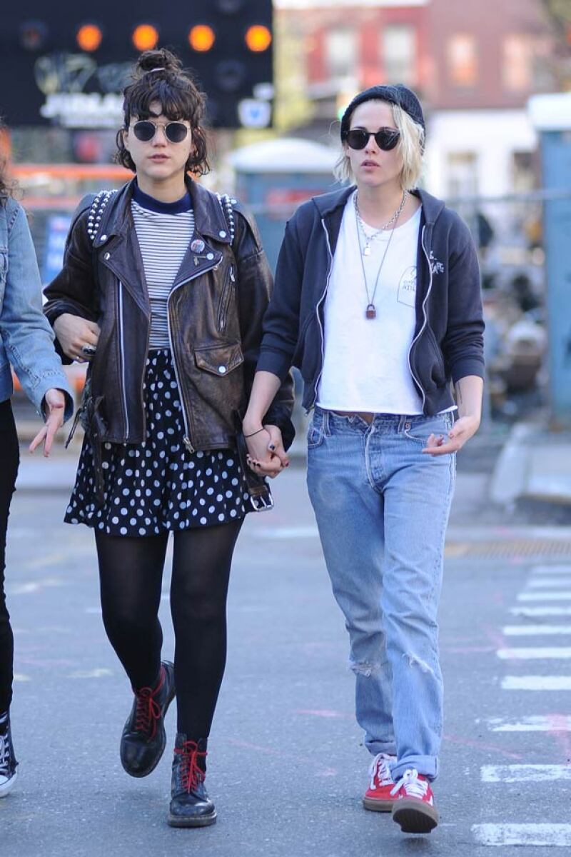 De paseo por las calles de Nueva York con su novia, la cantante francesa Soko, la actriz presumió su nuevo hairstyle.