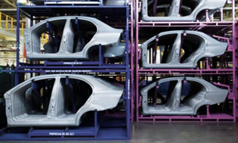Uno por uno. En los últimos años México se convirtió en el gran maquilador de automóviles de América Latina, pero el verdadero valor agregado está en el diseño y la ingeniería de los vehículos. (Foto: Carlos Aranda / Mondaphoto)