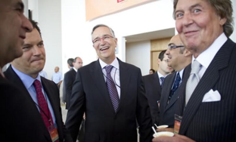 Ricardo Salinas Pliego (centro) afirma que el sector de las telecomunicaciones palidece por un monopolio.