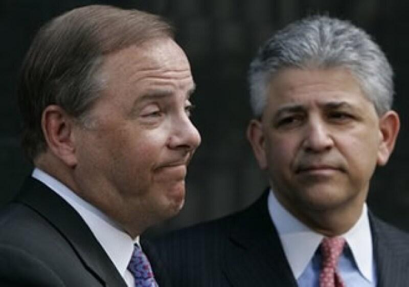En la imagen Jeff Skilling (izquierda) y su abogado, Dan Petrocelli. (Foto: AP)