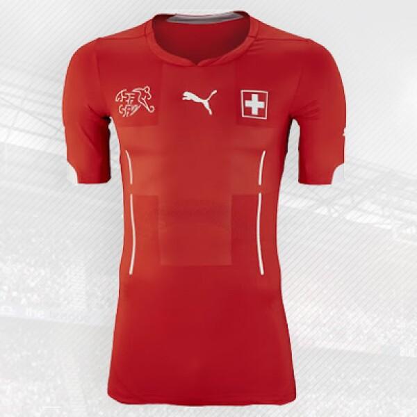 La alemana Puma diseñó esta playera donde incluyó la tradicional cruz de la bandera suiza en el centro.