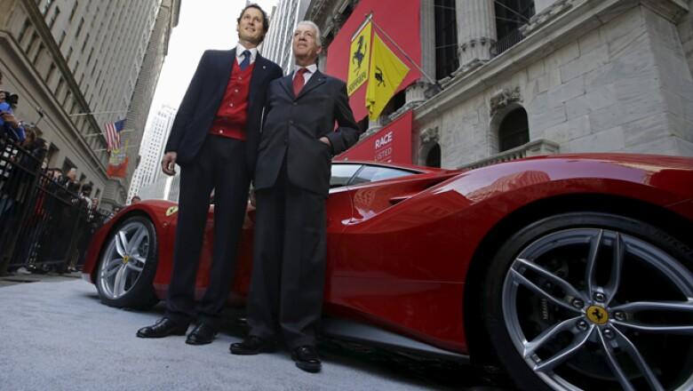 Piero Ferrari (derecha) y John Elkann, presidente de Fiat Chrysler, posaron junto a los autos deportivos.