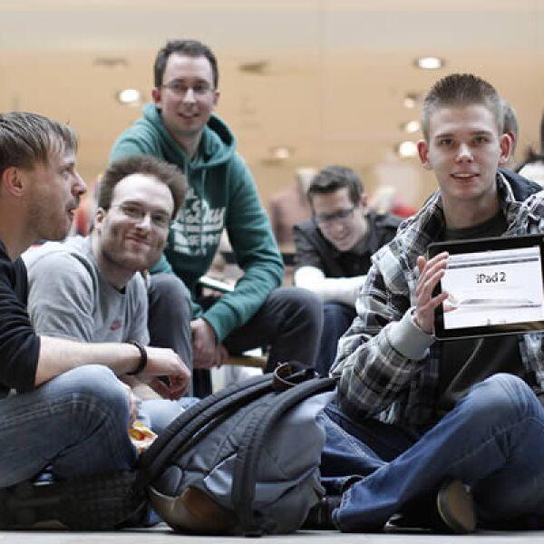 Varios chicos se reúnen afuera de la tienda de Apple, en Berlín, Alemania, para convertirse en los primeros consumidores de la nueva 'tablet'.