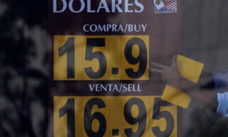 El soporte del dólar ha demostrado ser fuerte en 16.30-16.40 pesos, dice el autor. (Foto: Cuartoscuro/Archivo )